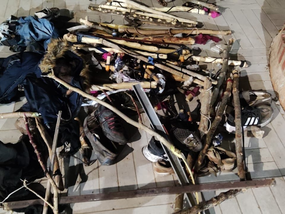 Palos, garfios y barras utilizados en el intento de salto en Melilla.